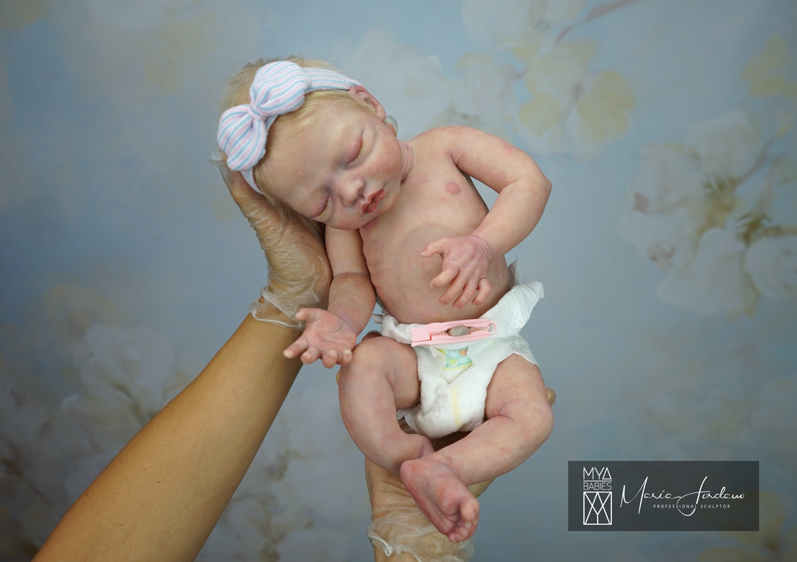 """BONNIE LE_Full Body Silicone Baby 2020-10-13 - Limited Edition of only 25 Babies Worldwide + Prototypes + Artist Proof Made of High quality (EcoFlex 20) full silicone body, Soft & Flexible Prototypes has High quality natural grafted mohair ( @heikepolitz ) Weight 2,225 kg (4,9 lbs) approx. Approx Size: 45 cm (17,5"""") with straight legs Head circumference: 29,5 cm (12"""") Open mouth for real pacifier with realistic tongue inside! Wear preemie clothes size 3-5 lbs Matting with silicone velvet for a permanent silk soft effect to the touch Anatomically correct Will travel home with various gifts  Price: 3800 EUR + shipping / 4480 $ + shipping  For sale here: https://cutt.ly/agaQiNV"""